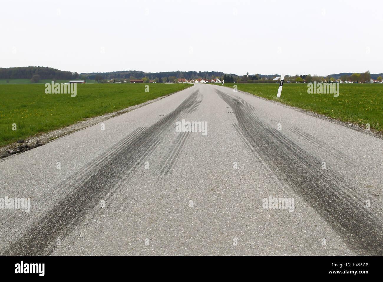Corsie di accelerazione di un veicolo di trasporto passeggeri su strada di campagna, Immagini Stock