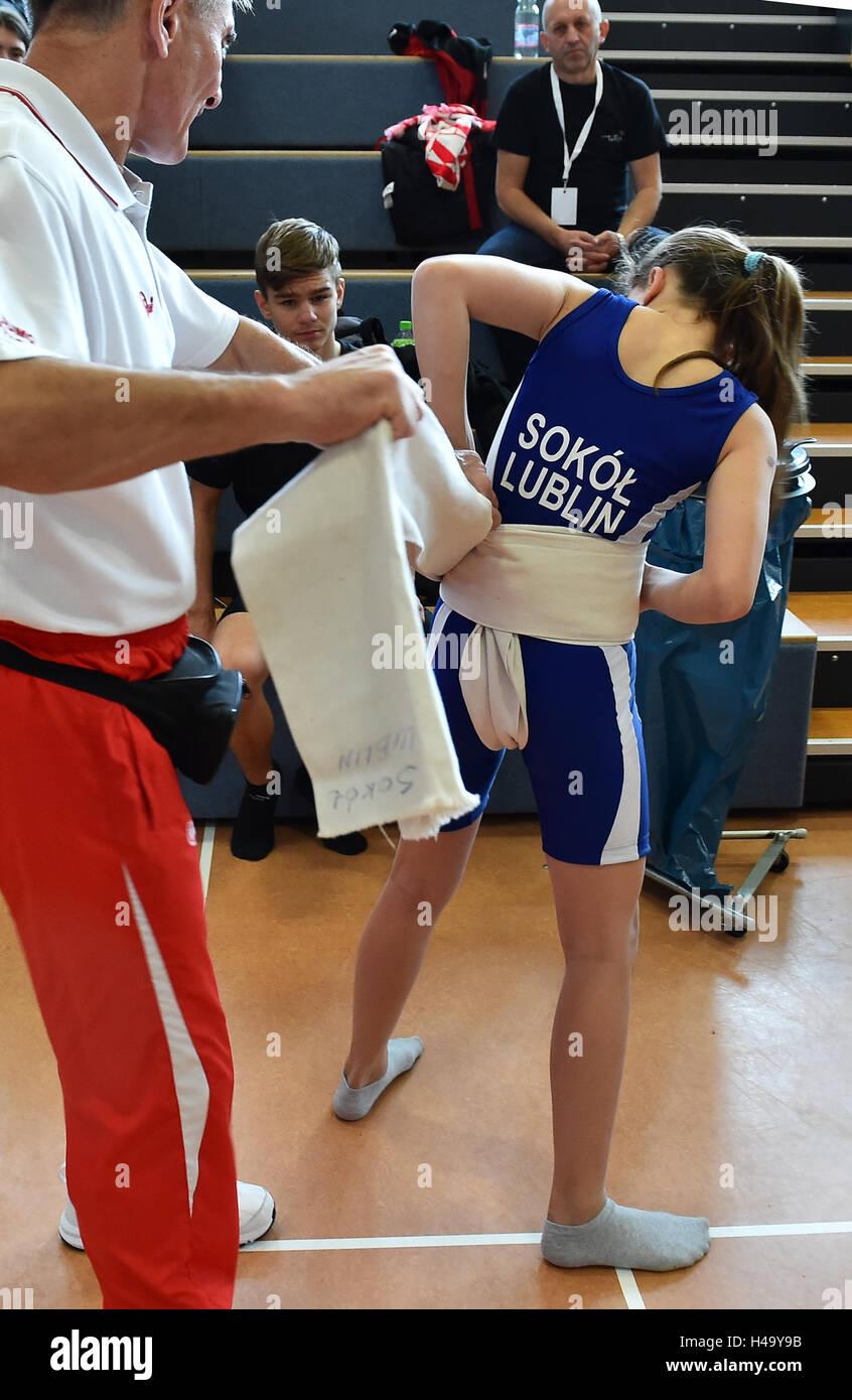 Un allenatore polacco aiuta a mettere su il mawashi cinghia durante il Sumo Juniors Campionato Europeo in Brandenburg Immagini Stock