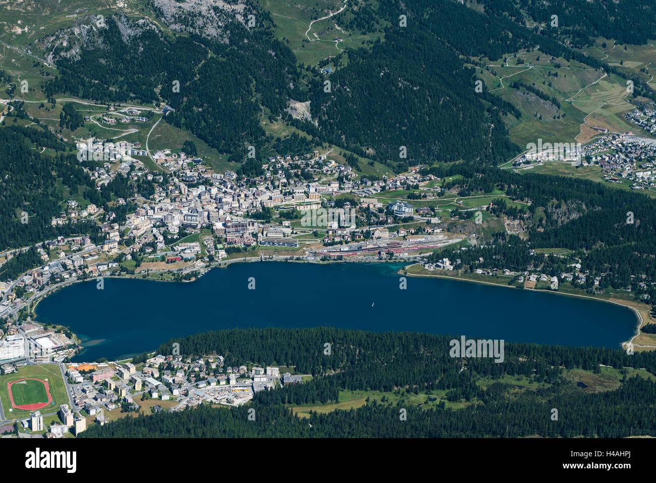 San Moritz, il lago di San Moritz, San Moritz bagnarsi, città di montagna, Corviglia, Grigioni, in Engadina, Immagini Stock