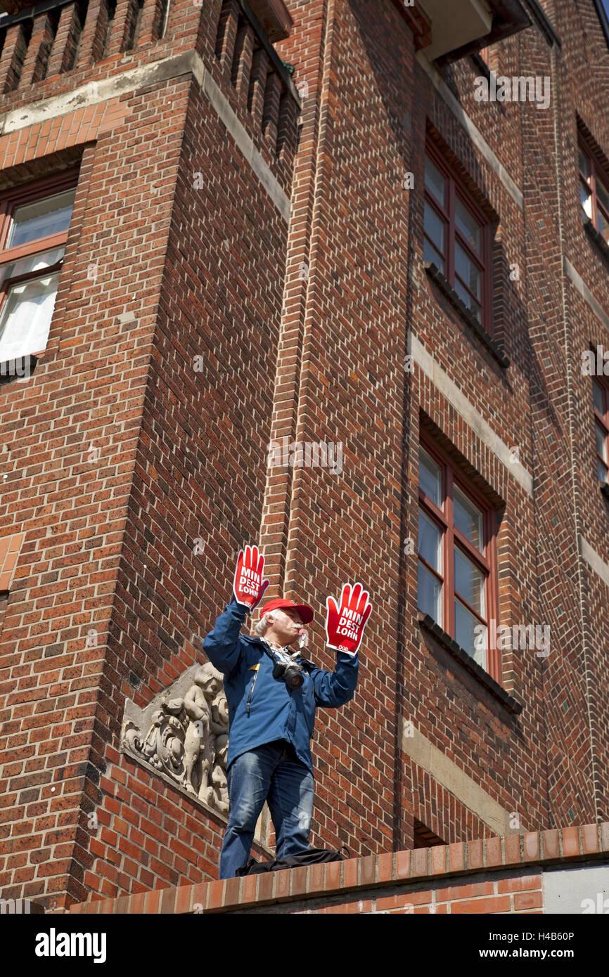 Dimostrazione per salario minimo, uomo, guanti, fischio, Immagini Stock