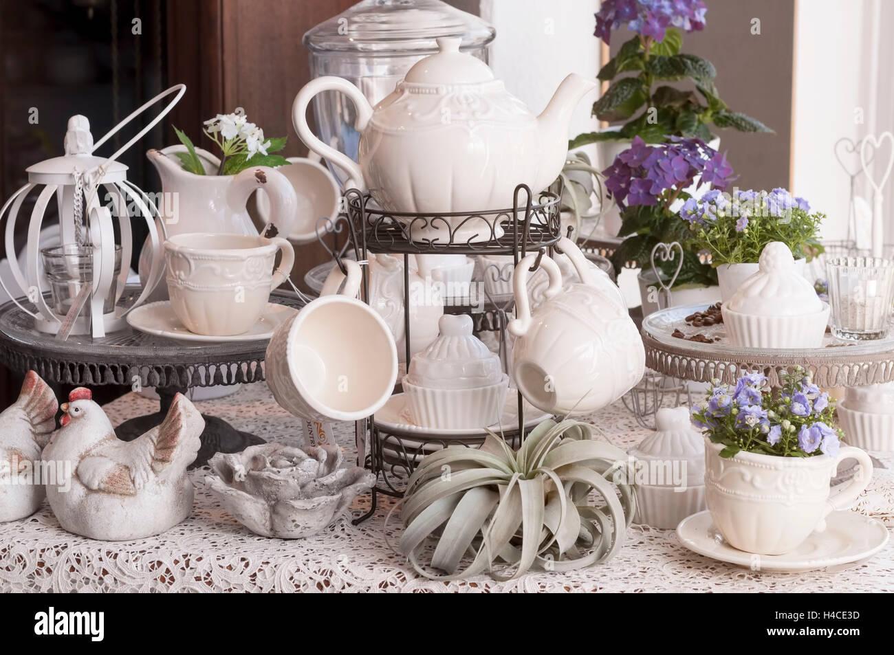Bianco piatti di ceramica in stile vintage con delicata mauve