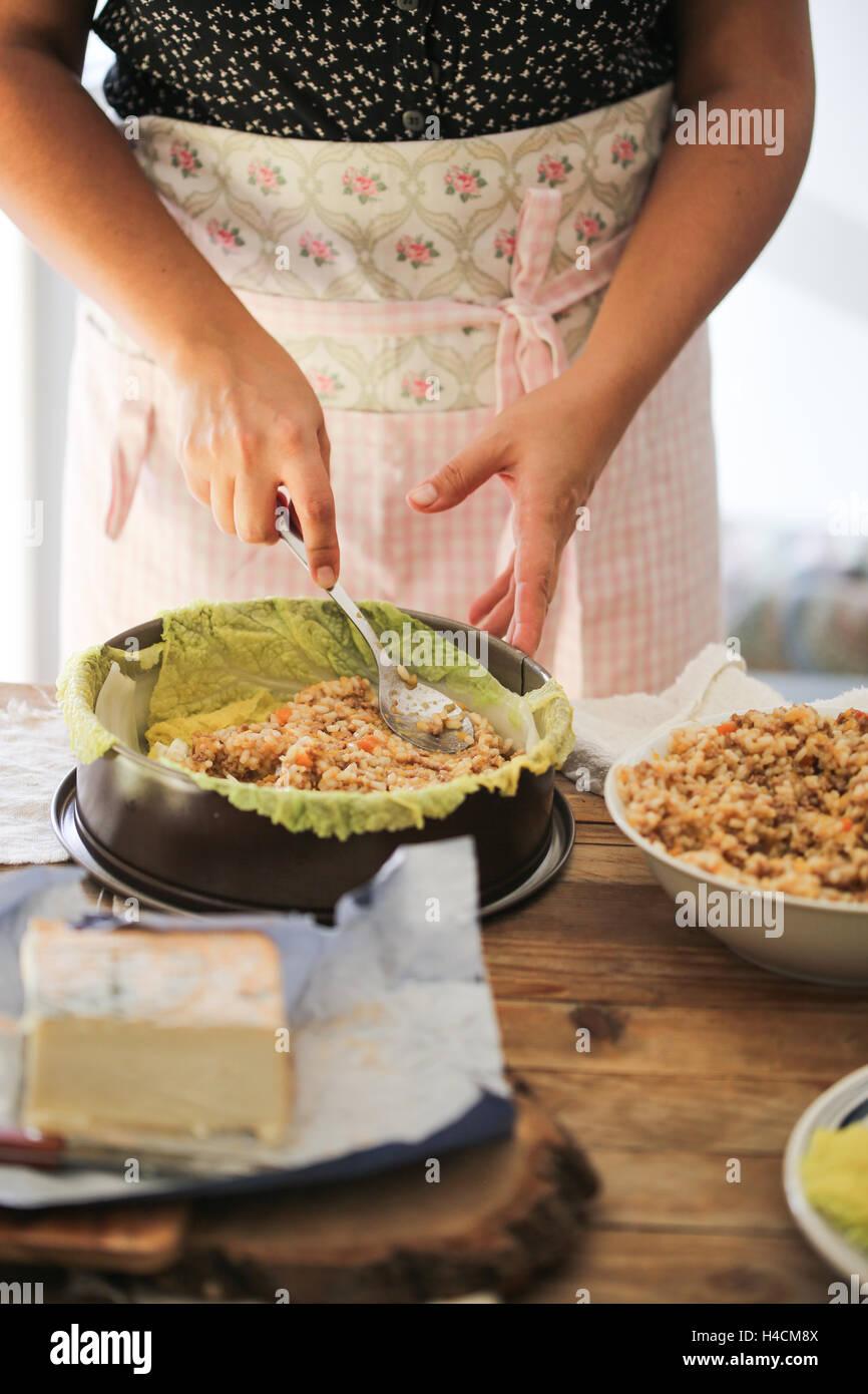 Il riso e il cavolo cinese timabale Immagini Stock