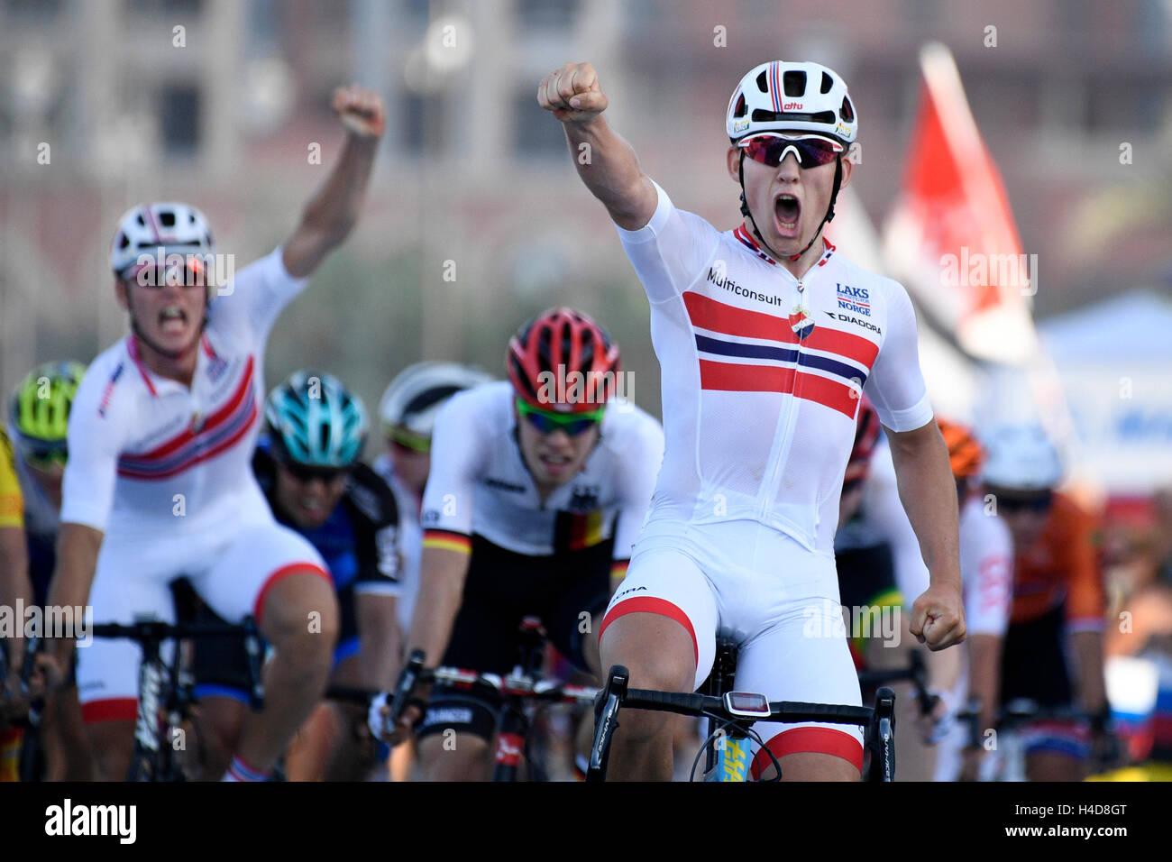 Kristoffer norvegese Halvorsen celebra come egli attraversa la linea del traguardo per vincere l'uomo sotto Immagini Stock