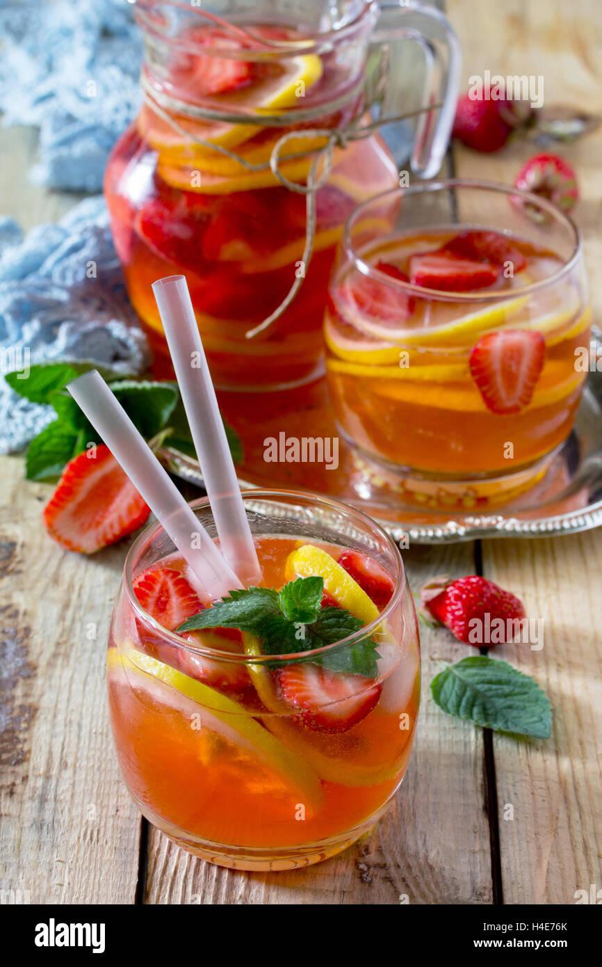 La tradizione estate mojito bevanda con limone e menta con copia spazio in stile rustico. Immagini Stock