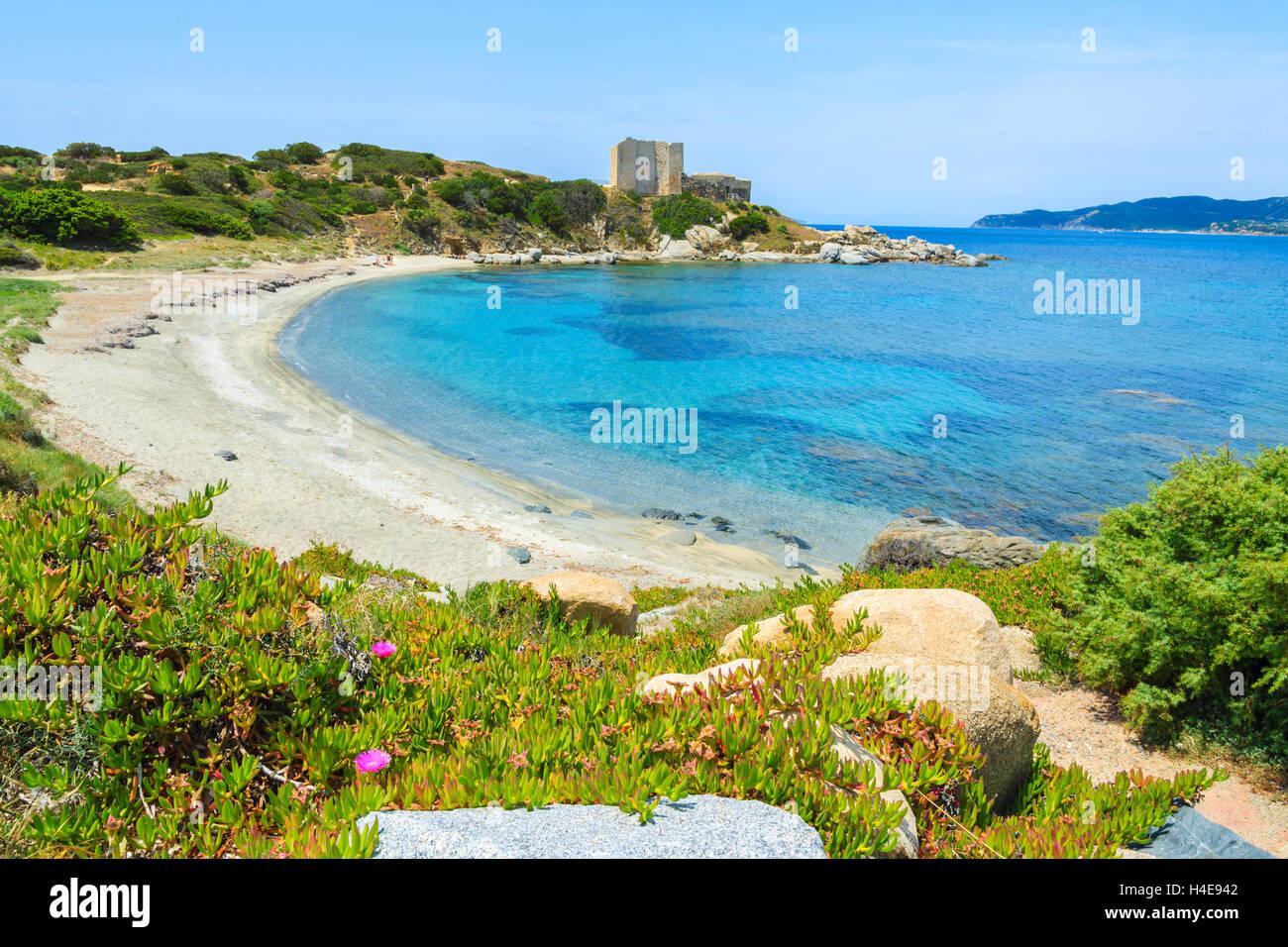 Spiaggia Con Mare Azzurro E Il Castello Di Sfondo Nei Pressi Di