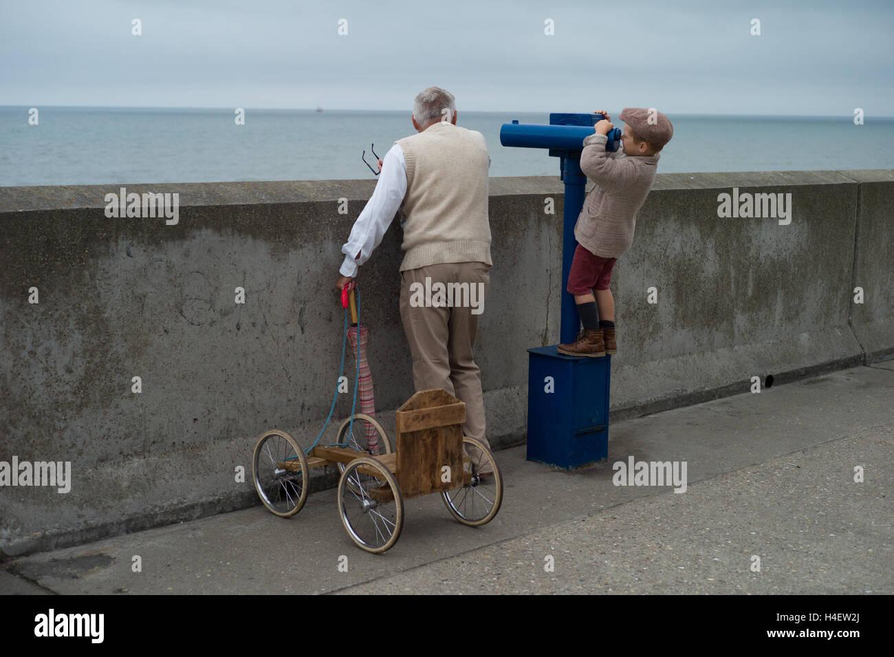 Guardando al mare a Sheringham Forties weekend, Norfolk, Inghilterra. Foto Stock