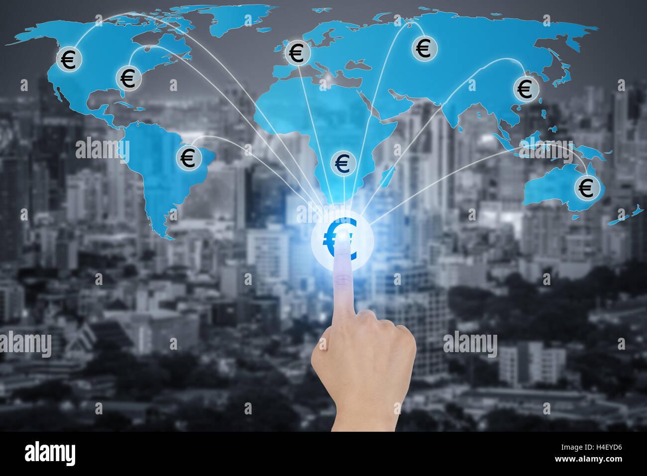 Toccare il pulsante con valuta Euro simboli collegati in rete, concetto circa la finanza globale della rete di connessione. Immagini Stock