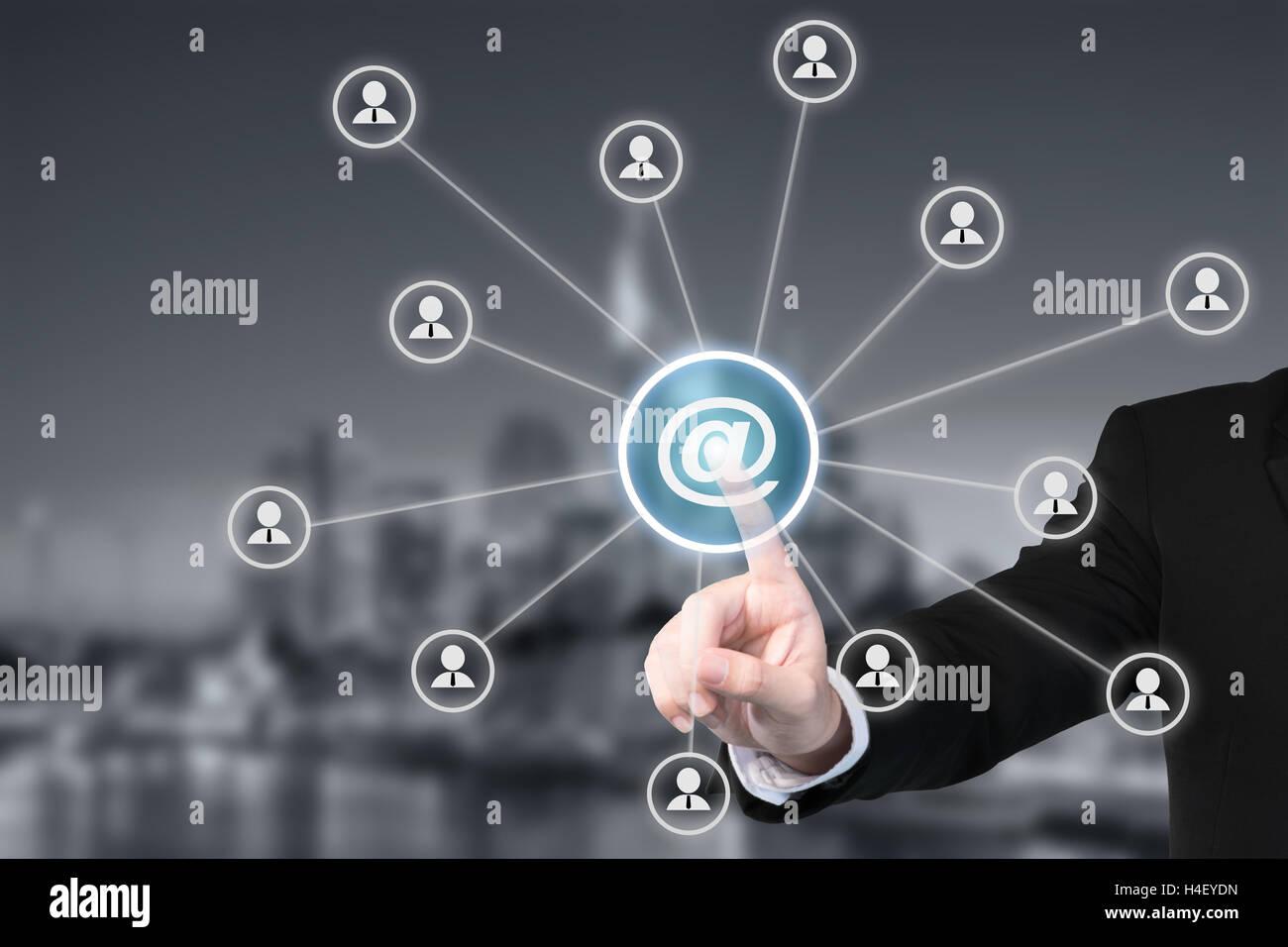 Marketing e-mail, newsletter e bulk mail concetti. Imprenditore fare clic sul pulsante con il simbolo legato con Immagini Stock