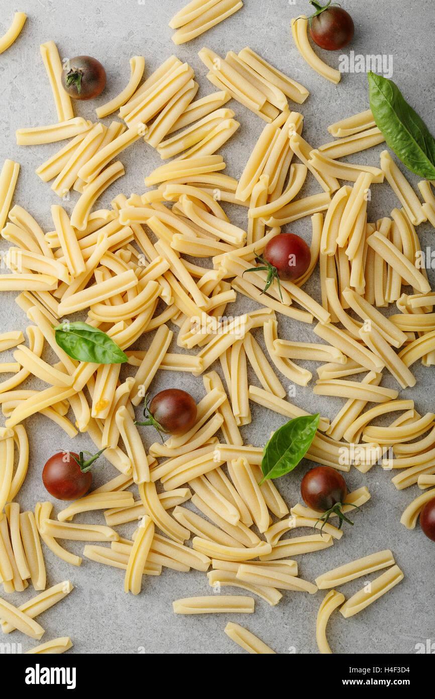 Pasta al pomodoro su calcestruzzo, cibo vista superiore Immagini Stock