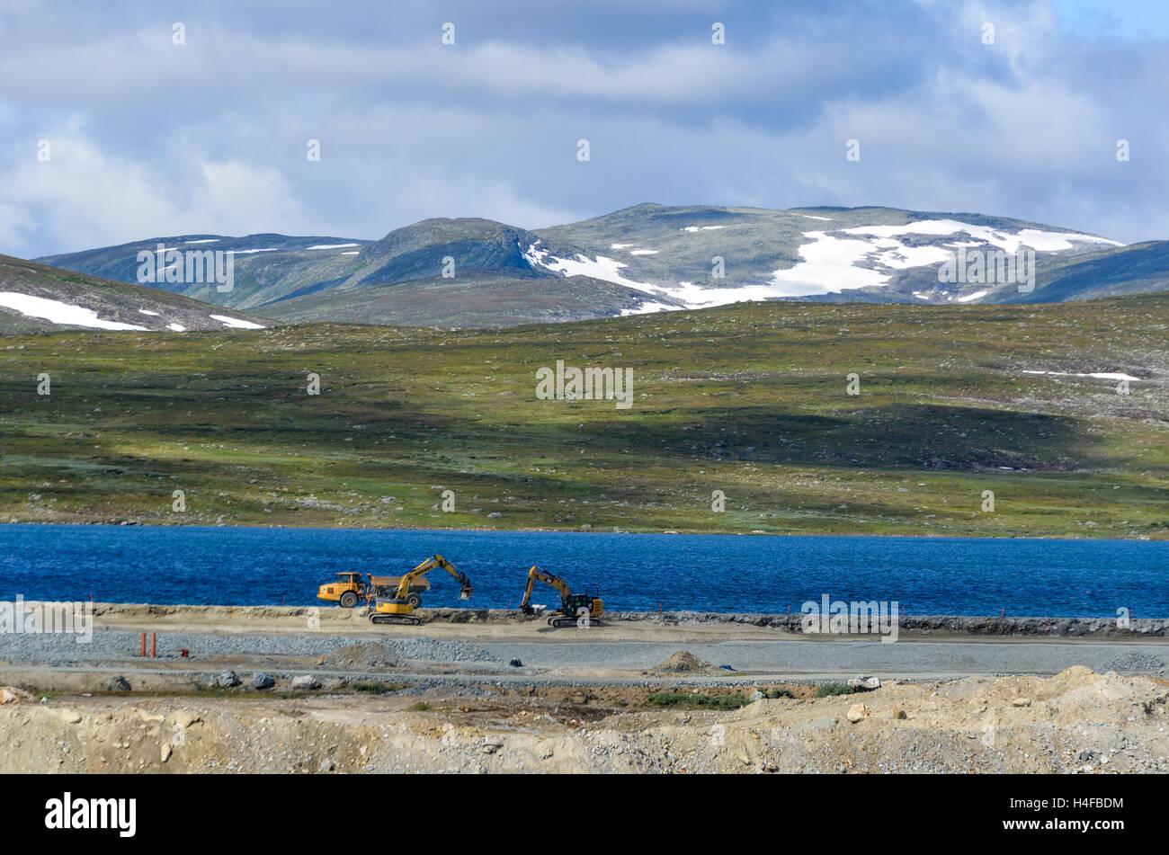 Industria mineraria e le operazioni di ingegneria vicino a Stekenjokk montagne Vildmarksvägen, Svezia Immagini Stock