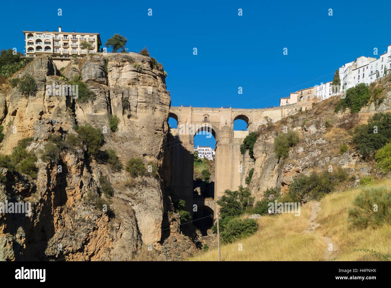 Ronda, provincia di Malaga, Andalusia, Spagna meridionale. La città su entrambi i lati del El Tajo gorge, visto Immagini Stock