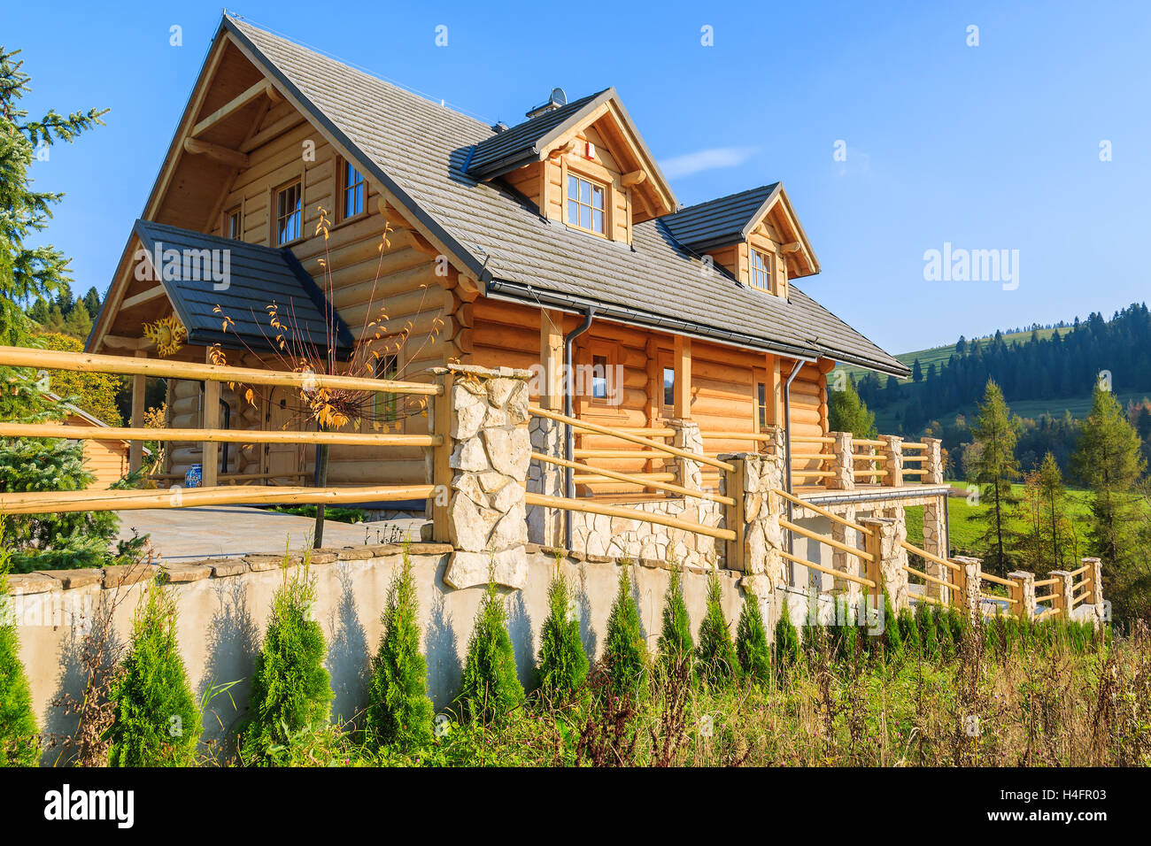 Case Di Montagna In Legno : Legno casa di montagna costruita da ciocchi di legna sulla giornata