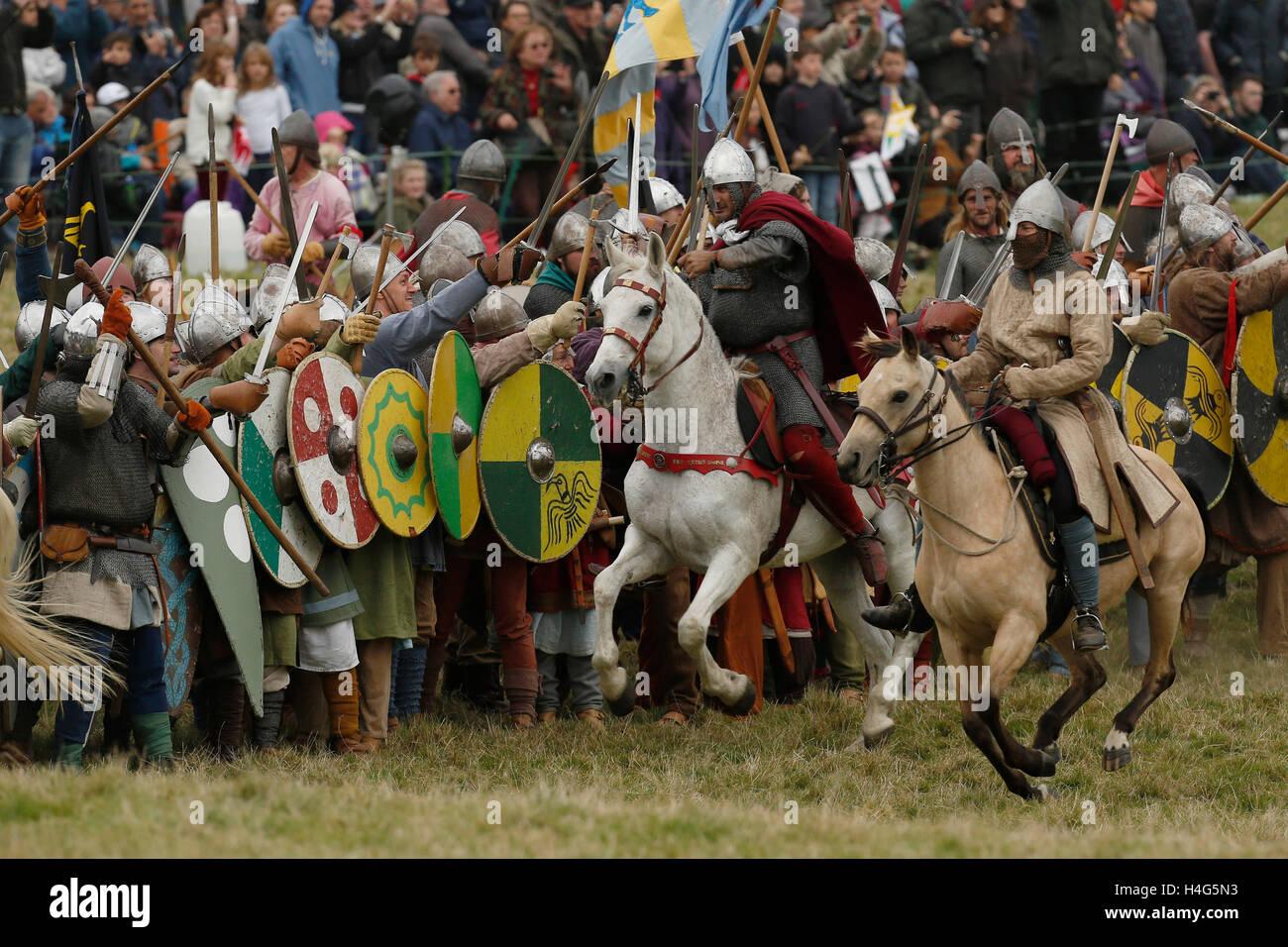 Battle, East Sussex, Regno Unito. 15 ottobre, 2016. Re-enactors vestito come Saxon normanni e eseguire una rievocazione Foto Stock