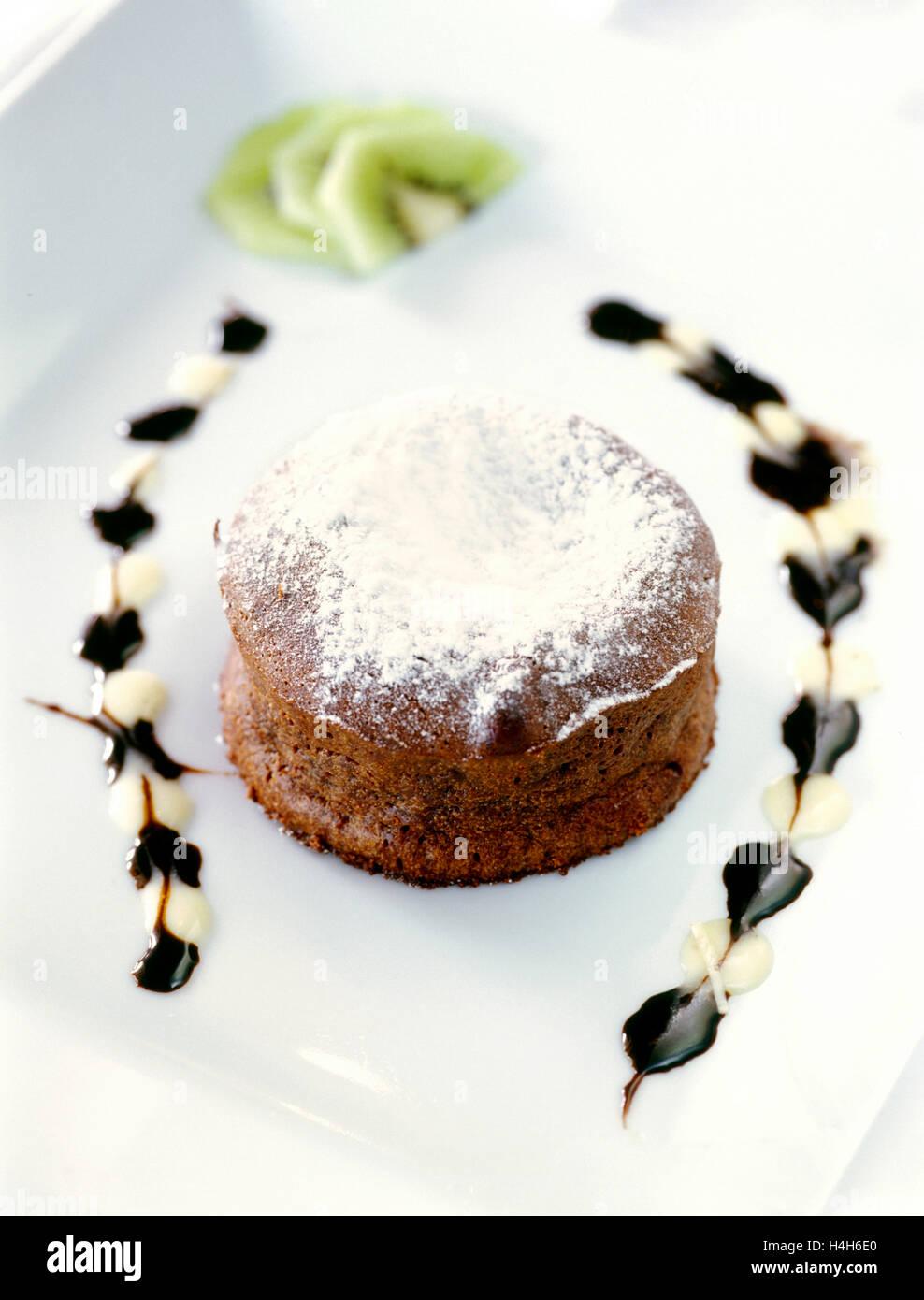 Fondente al cioccolato con kiwi dessert di frutta al Cap Est Lagoon Resort & Spa ristorante di Belem. Cap Est, Immagini Stock