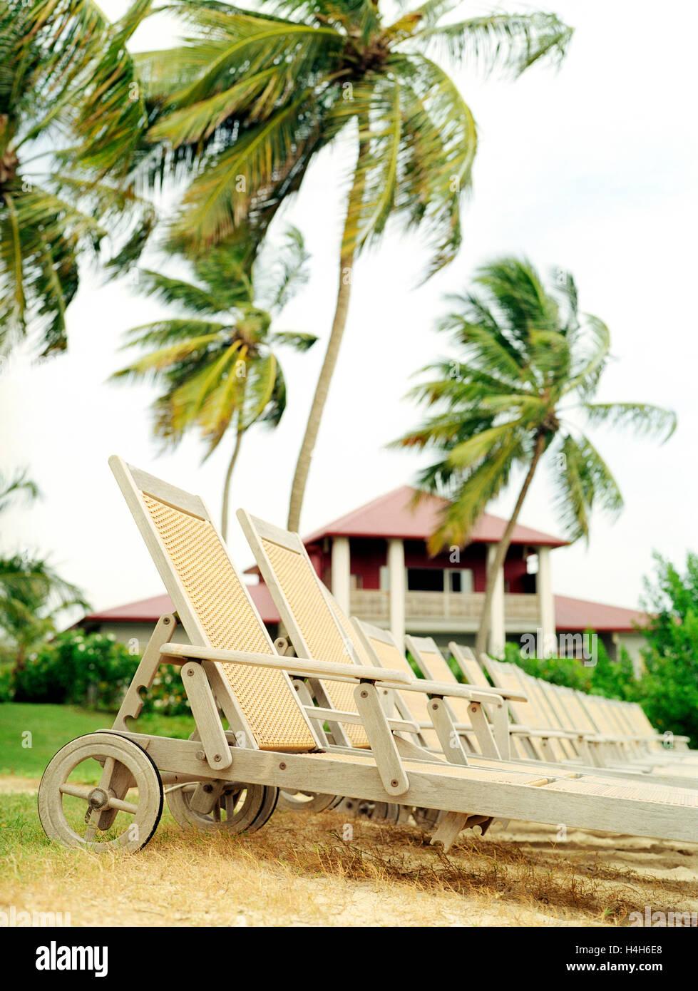 Sedie a sdraio al Cap Est Lagoon Resort & Spa. Cap Est, Martinica. Caraibi Orientali. Immagini Stock