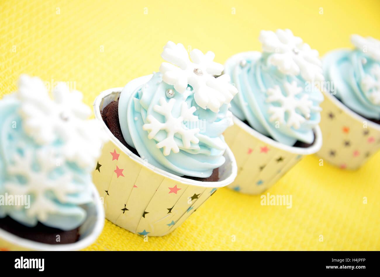 c782fc634db6 Tazza di torte con i fiocchi di neve la decorazione nel colore della luce  blu per una festa di compleanno