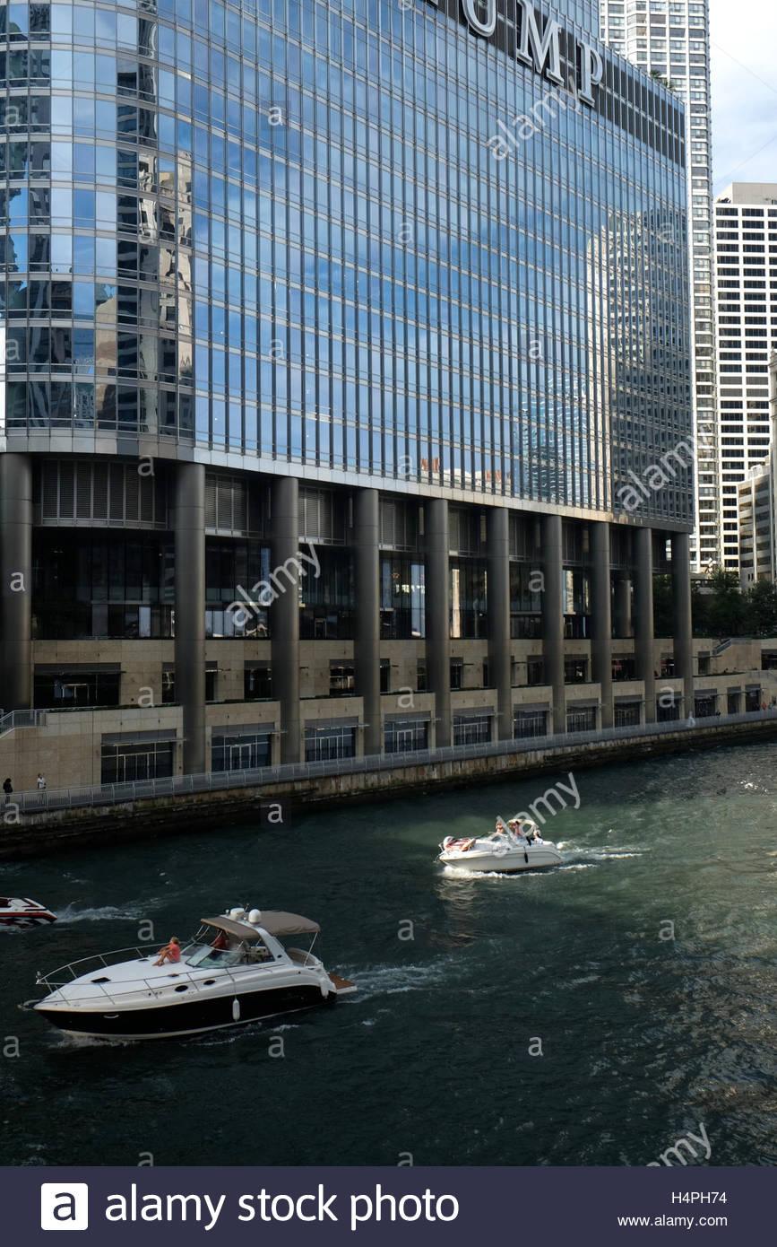 Imbarcazioni da diporto con motori entrobordo crociera del fiume Chicago adiacente al Trump International Hotel Immagini Stock