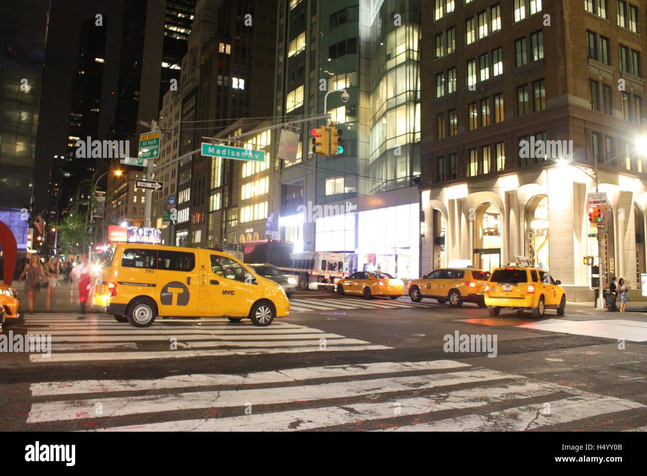 Carichi di giallo taxi di notte nella città di New York STATI UNITI D'AMERICA Immagini Stock