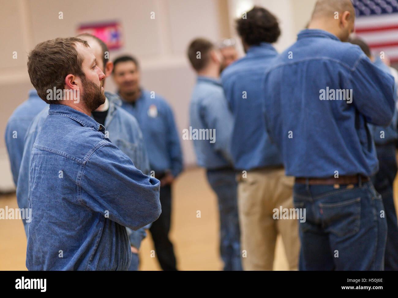 Collare blu sostenitori a Hillary Clinton uscire la votazione evento a Chicago artigiano idraulico's Hall il Immagini Stock