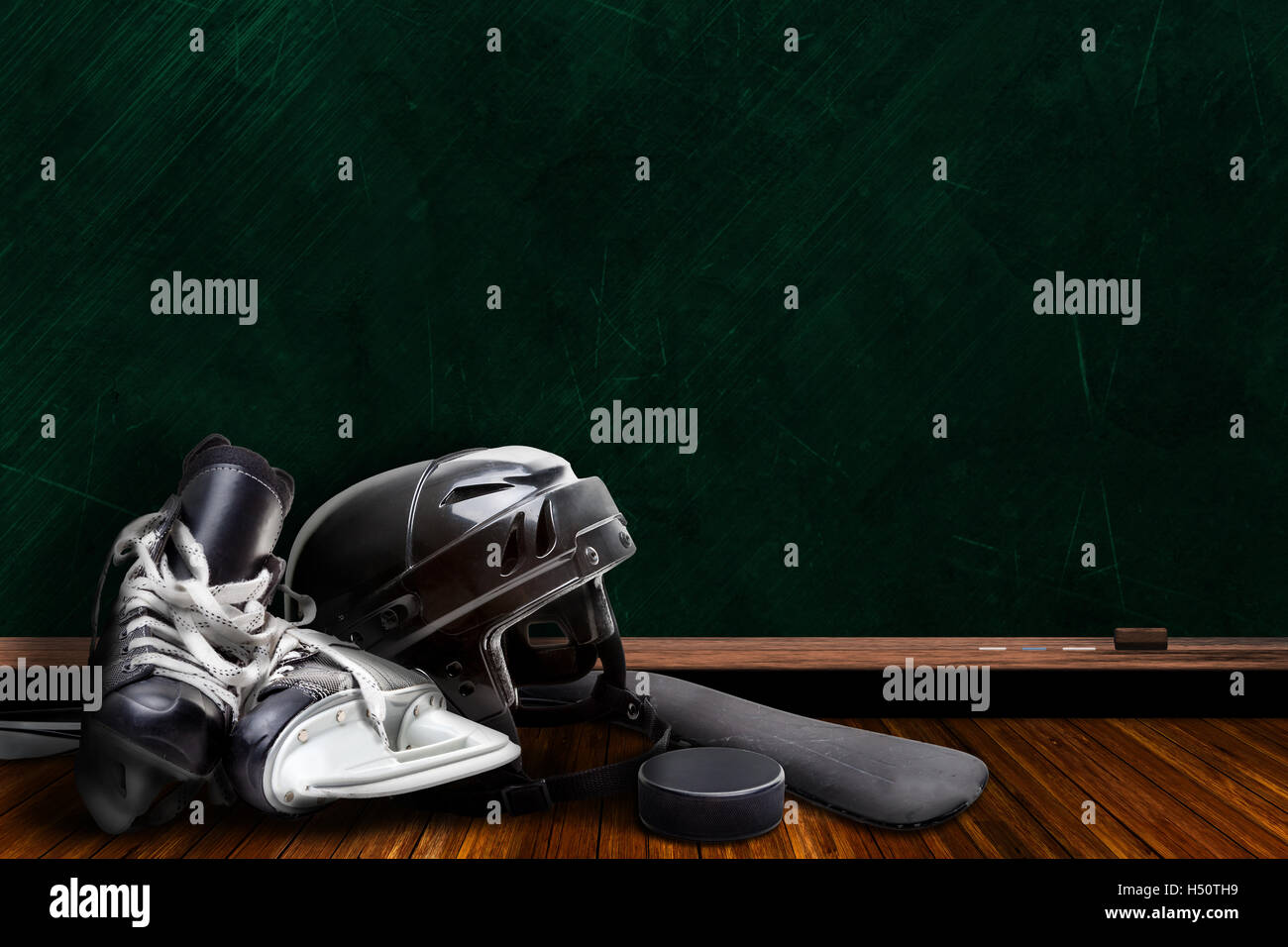 Hockey su ghiaccio attrezzatura composta di pattini, casco, stick e puck con sfondo chalk Scheda spazio di copia. Immagini Stock