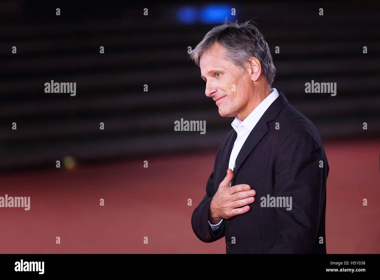 Roma, Italia. 17 ottobre, 2016. Viggo Mortensen passeggiate un tappeto rosso per 'capitano' fantastico durante Immagini Stock