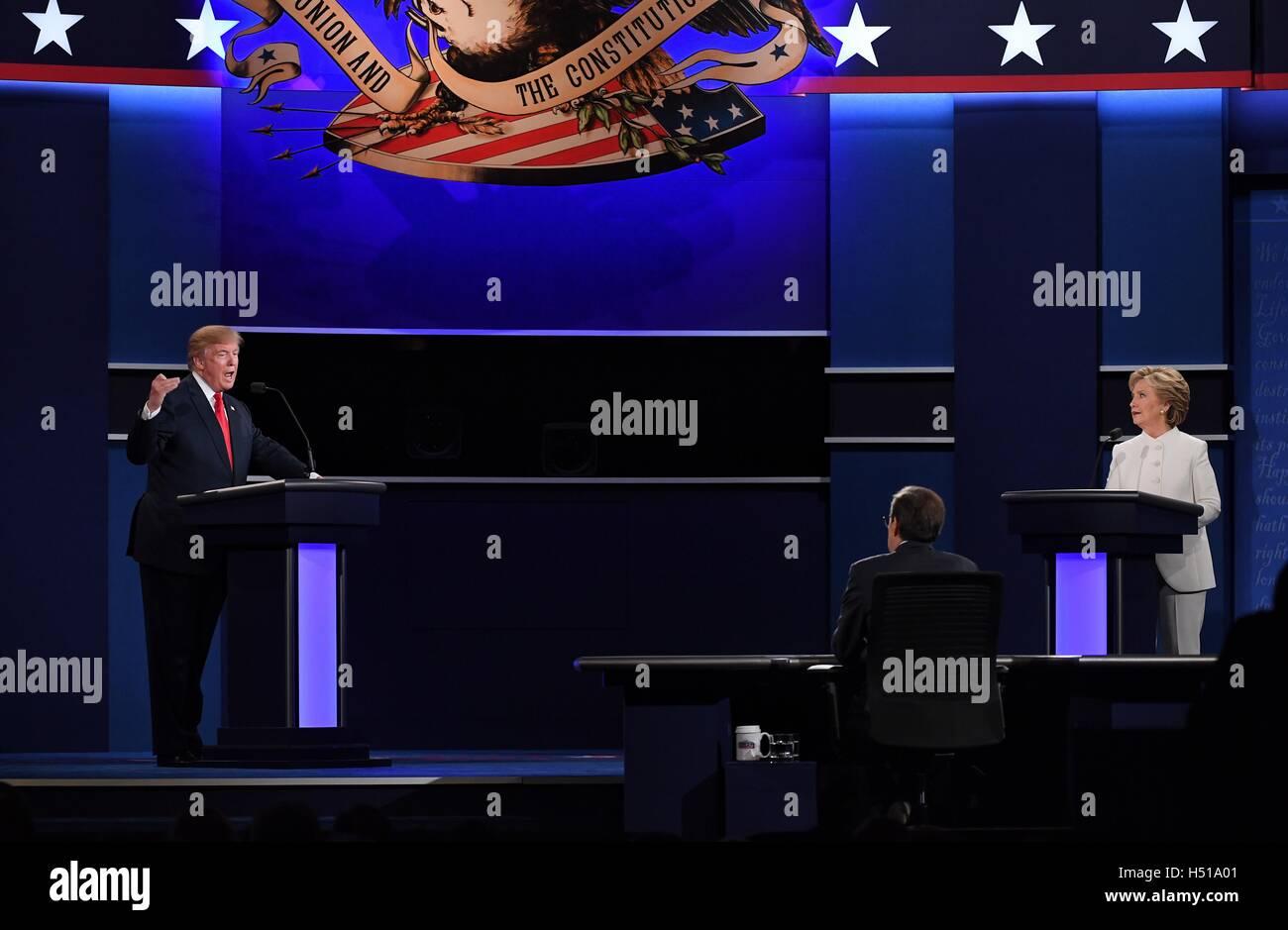Las Vegas. Xix oct, 2016. Candidato presidenziale repubblicano Donald Trump (L) e candidato presidenziale democratico Foto Stock
