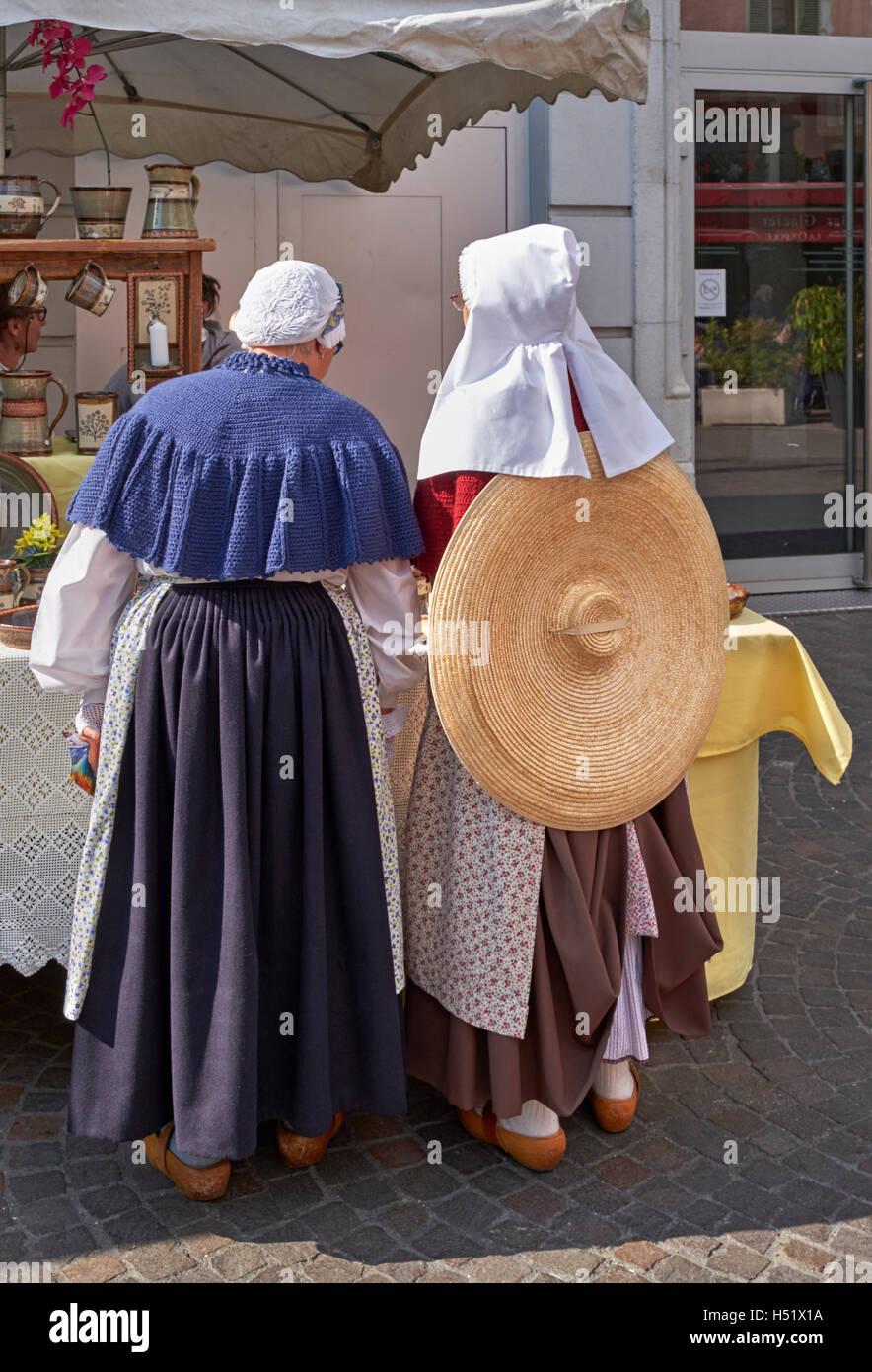 Savoyard donne che indossano gli zoccoli e i vestiti tradizionali durante le Retour des Alpages festival. Annecy, Immagini Stock