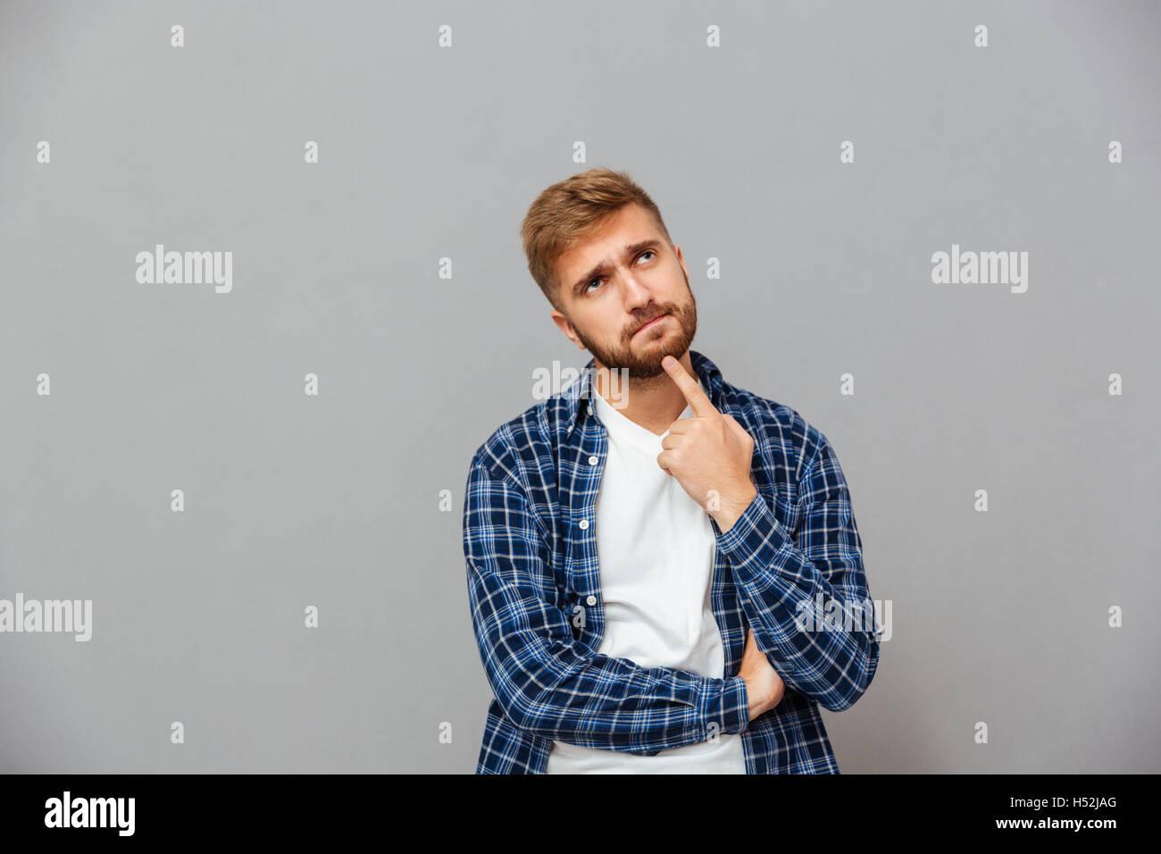6433367099 Ritratto di un uomo pensieroso di toccare la sua barba con la mano ...