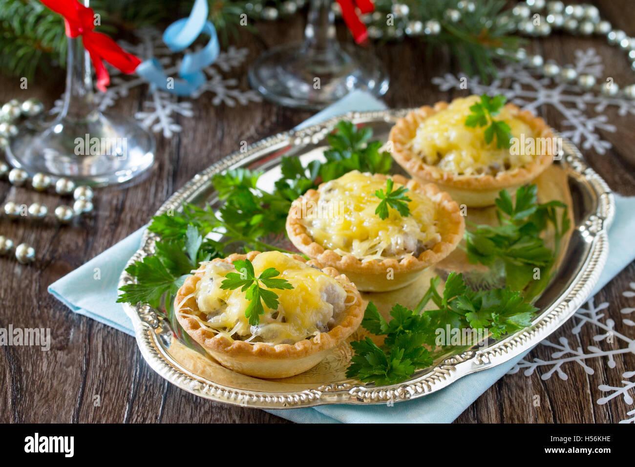 Antipasti Per Natale Di Carne.Holiday Antipasto Canapes Con Funghi E Carne Su Un Celebrativo