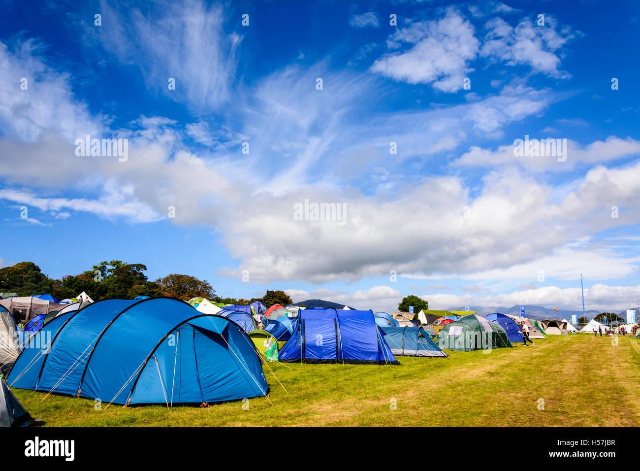 Una raccolta delle colorate tende campeggio al Festival No.6, Portmeirion, Wales, Regno Unito Foto Stock