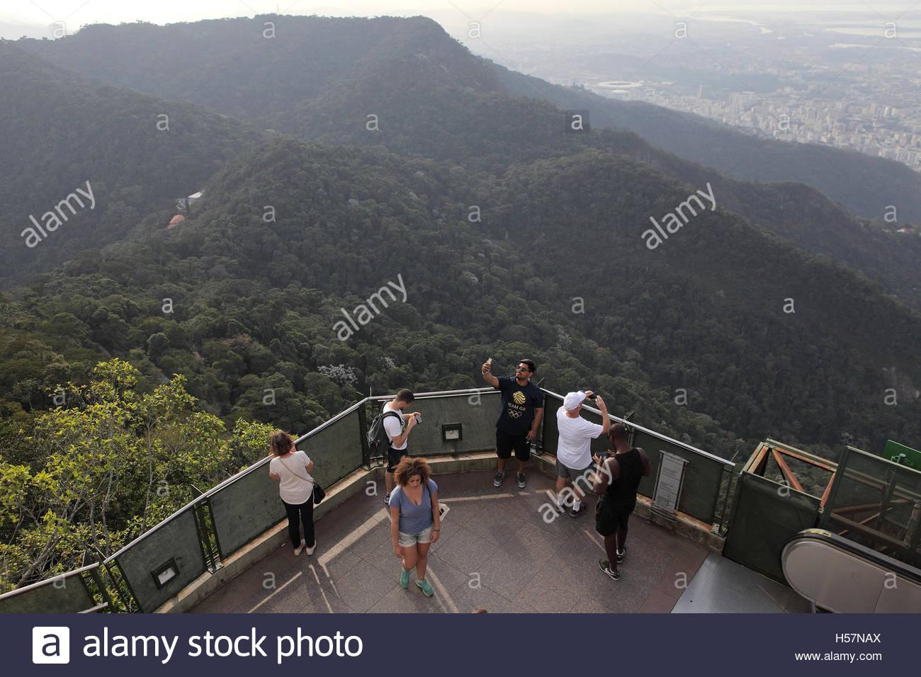 I turisti su una piattaforma di osservazione presso il sito della statua del Cristo Redentore, Rio de Janeiro, Brasile Foto Stock