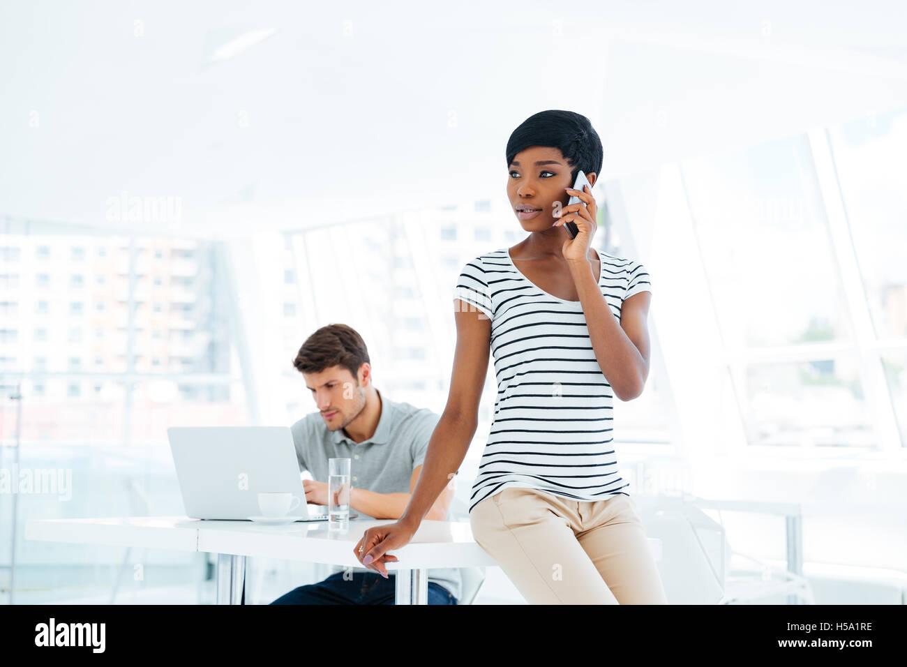 Gruppo creativo di due giovani il brainstorming sulla riunione in ufficio Immagini Stock
