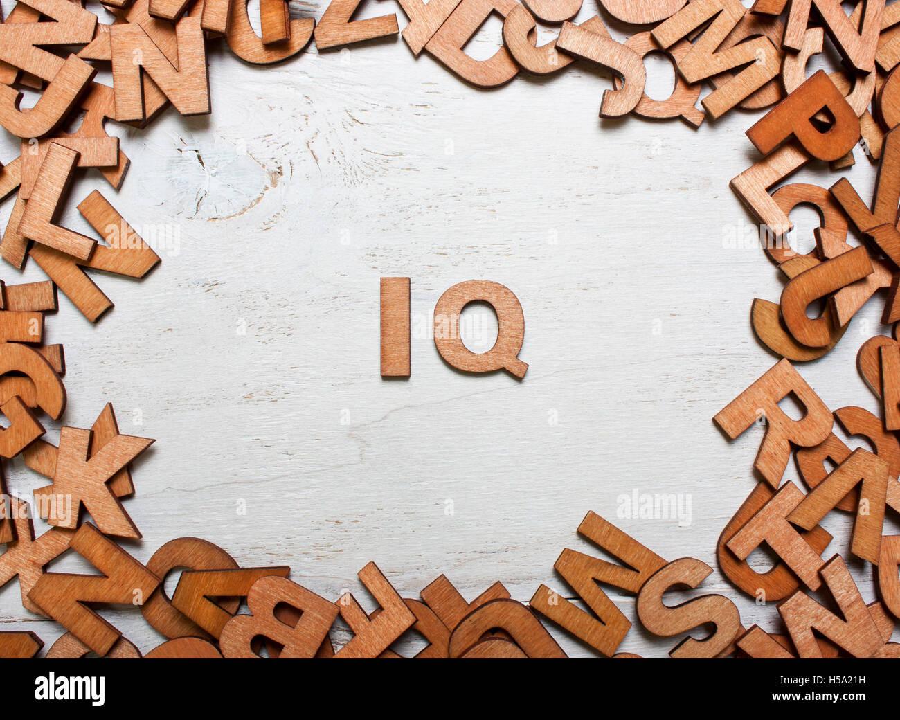 Parola IQ (quoziente di intelligenza) sono realizzati con lettere in legno su un vecchio bianco sullo sfondo di Immagini Stock