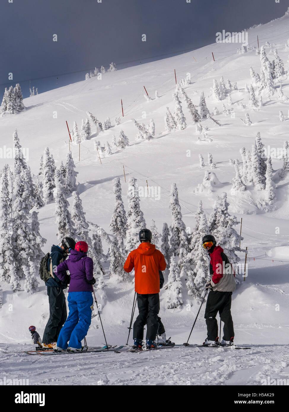 Gli sciatori in cima alla Bullet Express seggiovia, Big White Ski Resort, British Columbia, Canada. Foto Stock