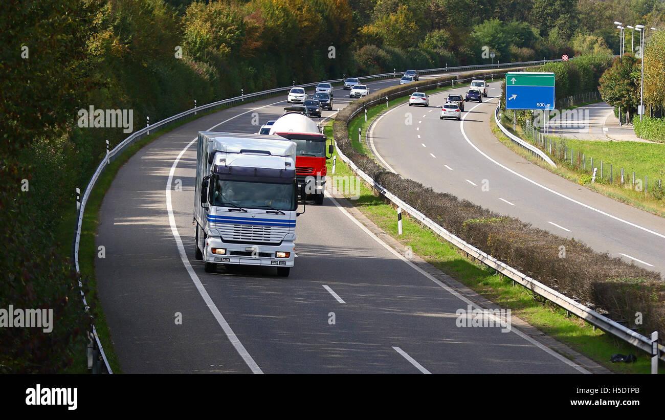 I carrelli a laminazione in autostrada il traffico proveniente da sopra e con vuoto direzione strada segni Immagini Stock