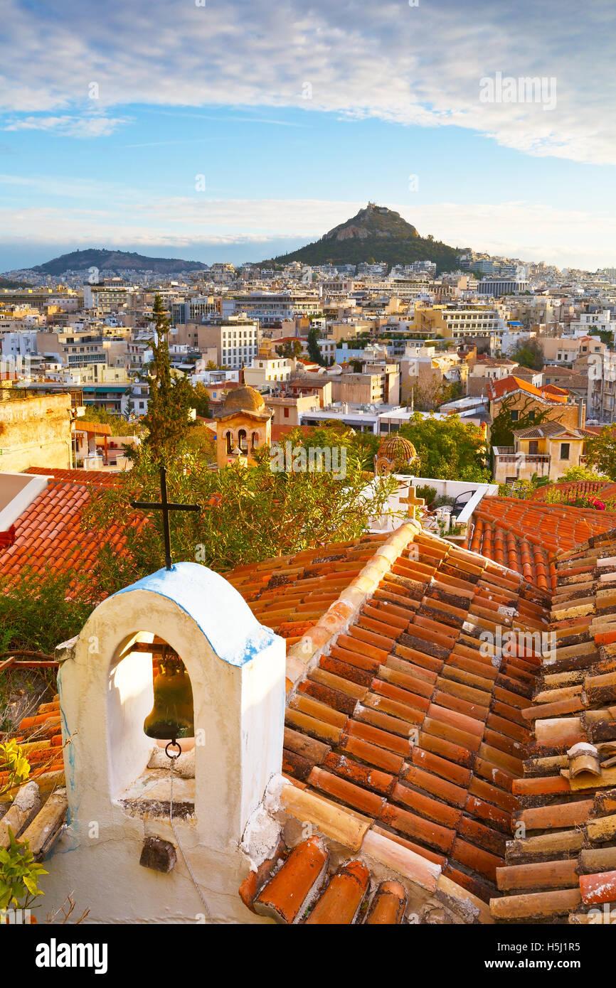 La collina di Lycabettus e una piccola chiesa greco-ortodossa di Anafiotika, Atene. Immagini Stock