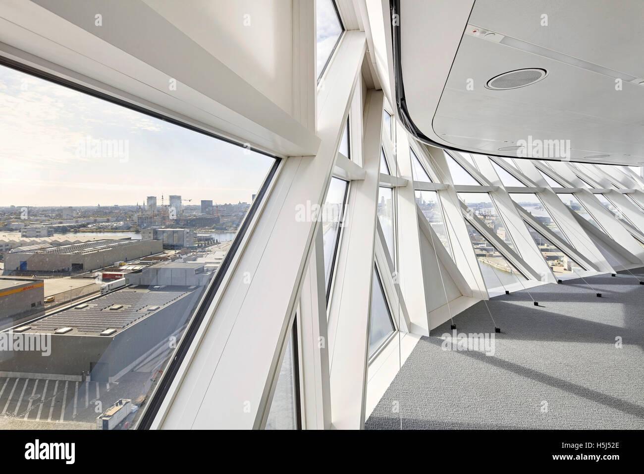 Corridoio con finestra triangolare riquadri casa porta ad anversa belgio architetto zaha - Hadid architetto ...