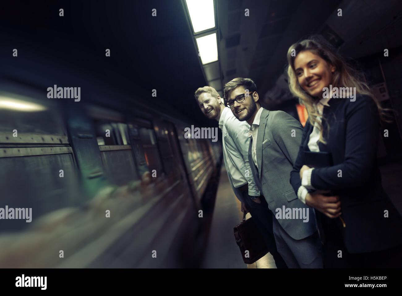 Gli imprenditori usando la metropolitana come mezzo di trasporto Immagini Stock