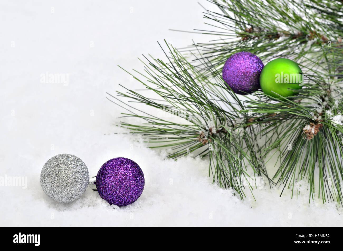 Palline Di Natale Con Rametti albero di natale con sfere di rametti di abete sulla neve