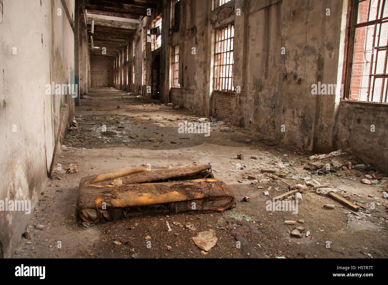 Il vecchio letto nelle rovine di fabbrica Immagini Stock