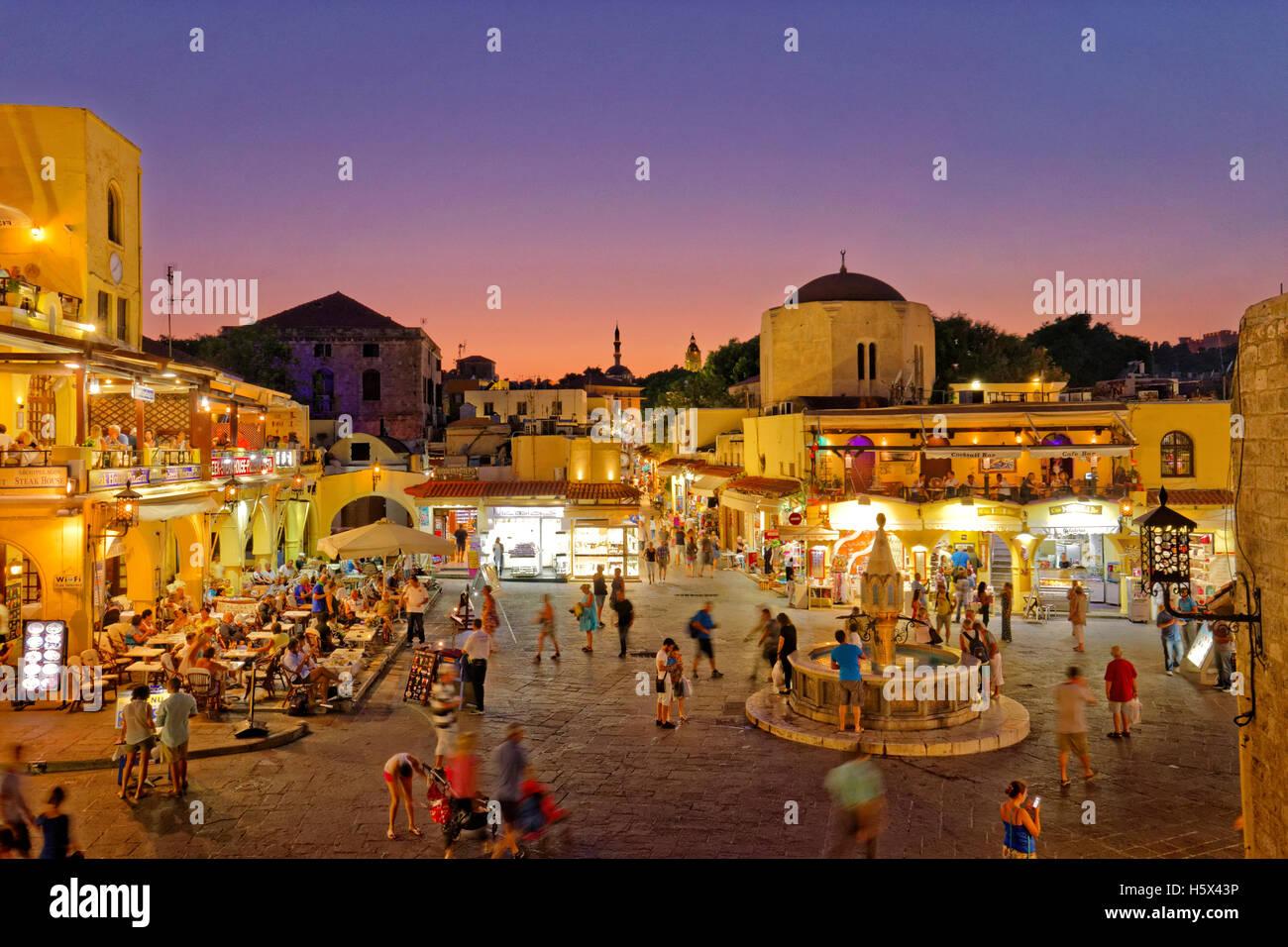 Twilight a Ippocrate (Ipokratous) Square, a Rodi città vecchia isola di Rodi, Dodecanneso isole, Grecia. Immagini Stock