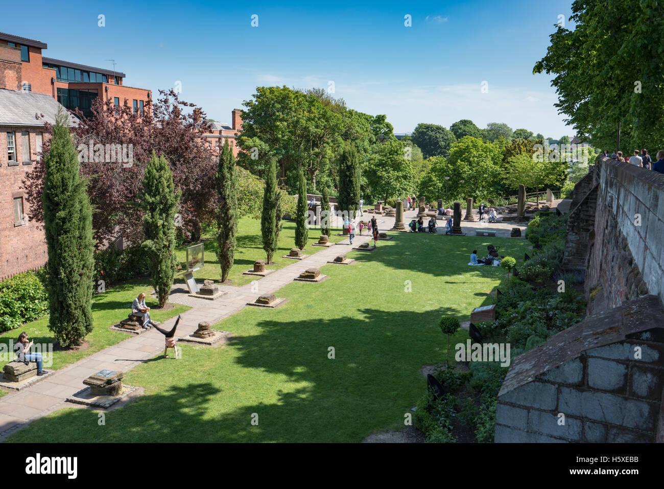 Persone e rilassante giocare in chester giardini romani il