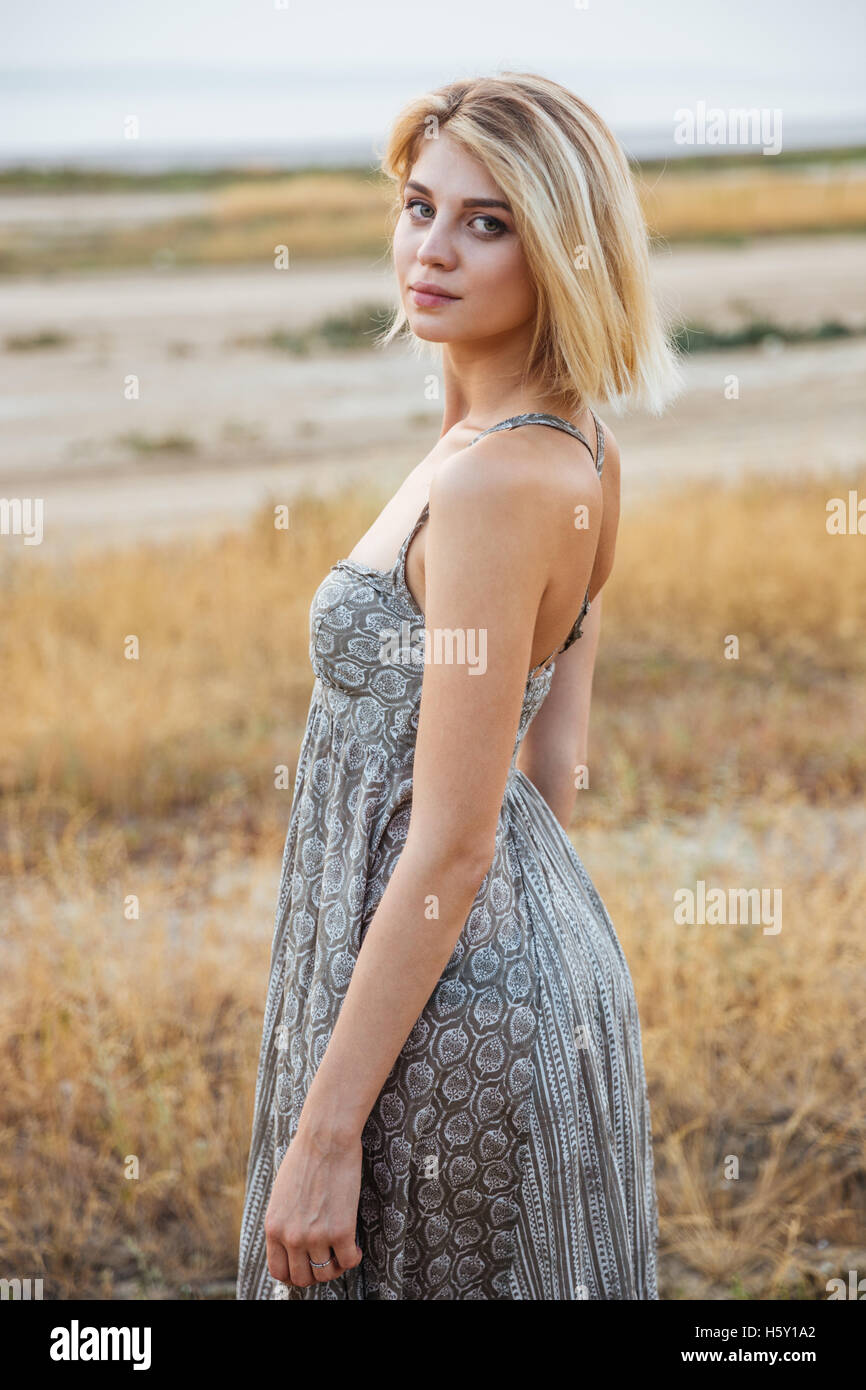 Bella giovane donna nel vestire in piedi all'aperto Immagini Stock