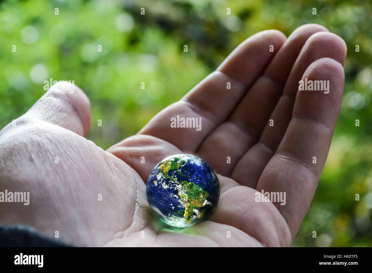 Mano umana tenendo il pianeta terra Immagini Stock