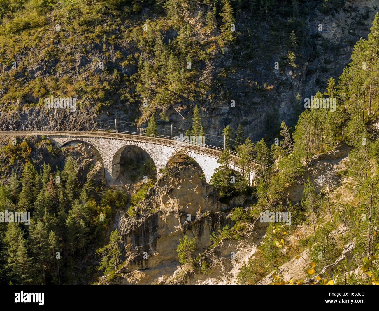 Mozzafiato ponte ferroviario nelle Alpi Svizzere 1 Immagini Stock