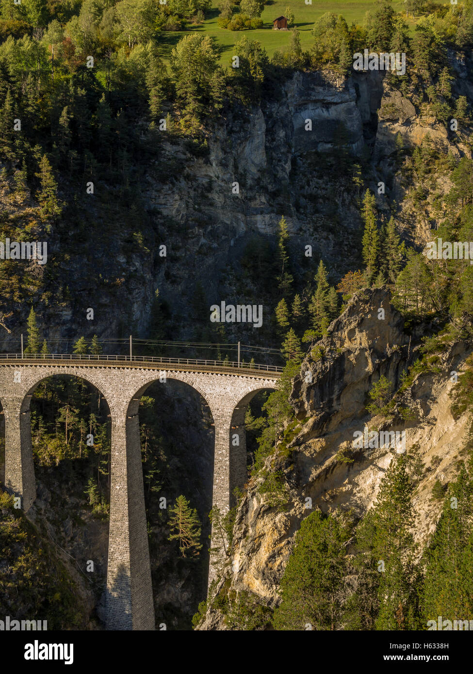Mozzafiato ponte ferroviario nelle Alpi Svizzere 3 Immagini Stock