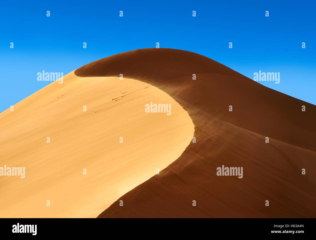 La sabbia è soffiato sul Sahara dune di sabbia di Erg Chebbi Merzouga, , Marocco, Africa Foto Stock