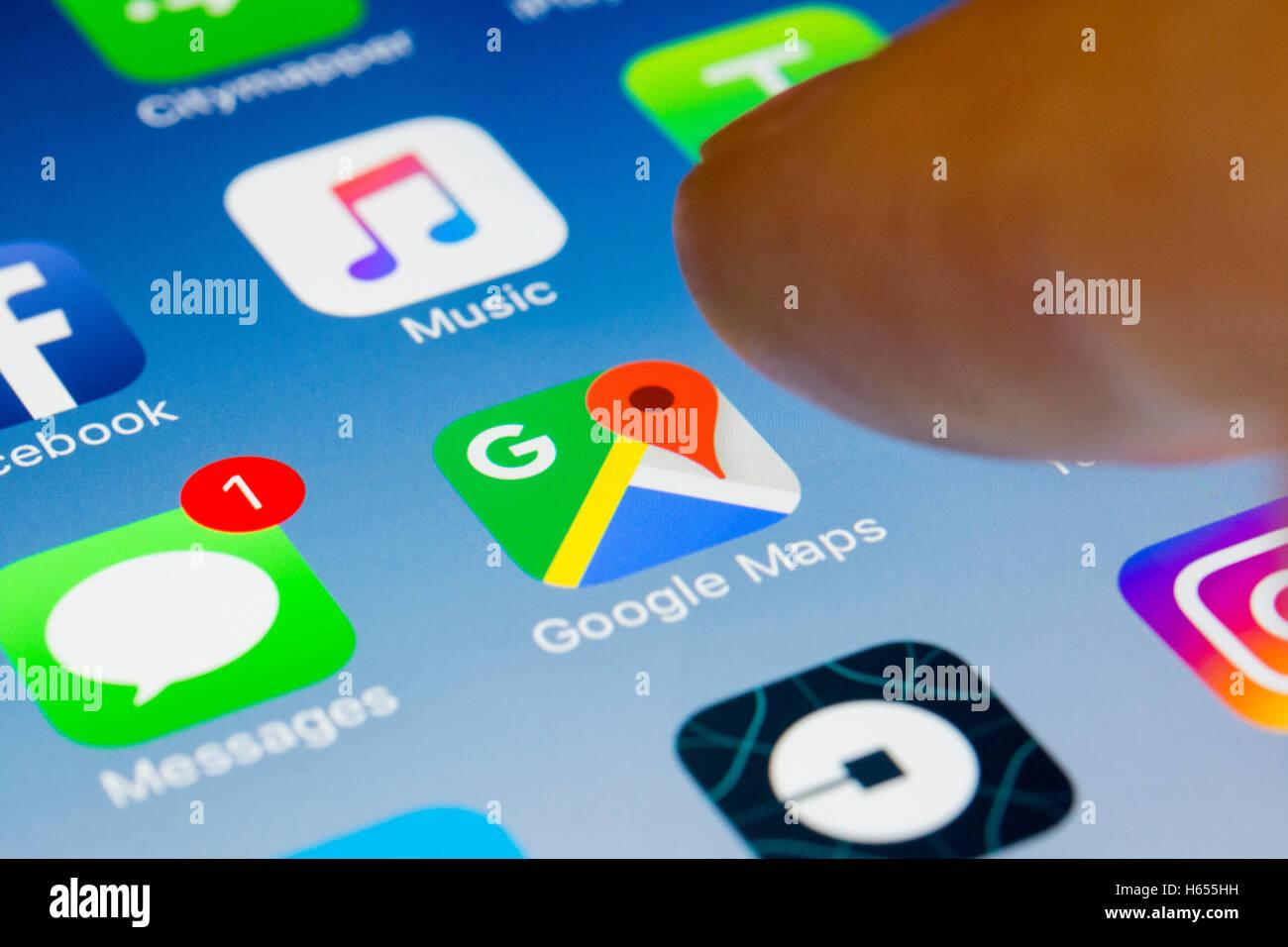 Navigatore di Google maps app close up su iPhone smart schermata telefono Immagini Stock