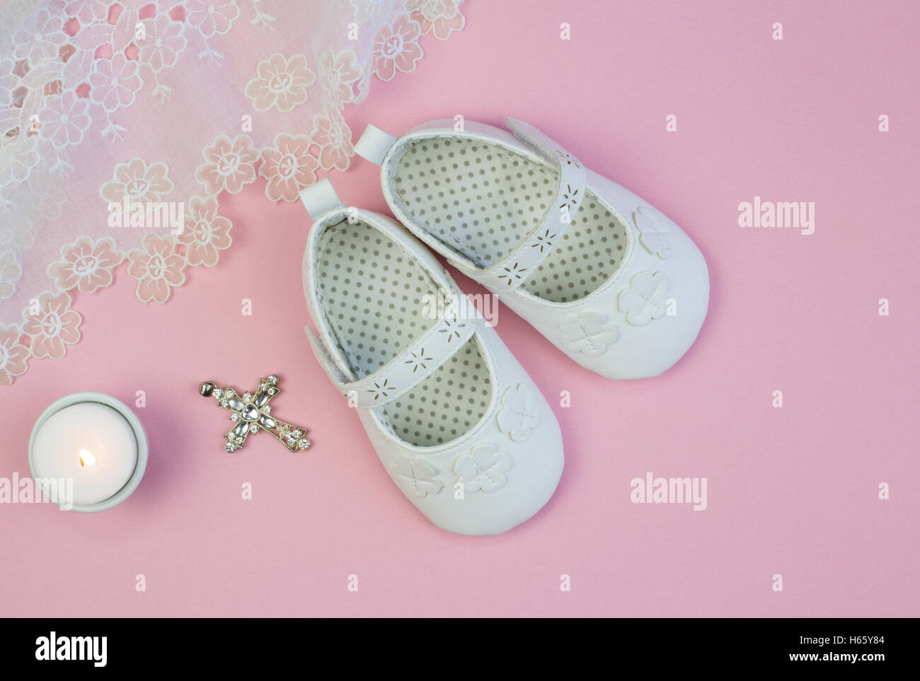Coppia Di Bianco Baby Babbucce Su Sfondo Rosa Con Pizzo Abito