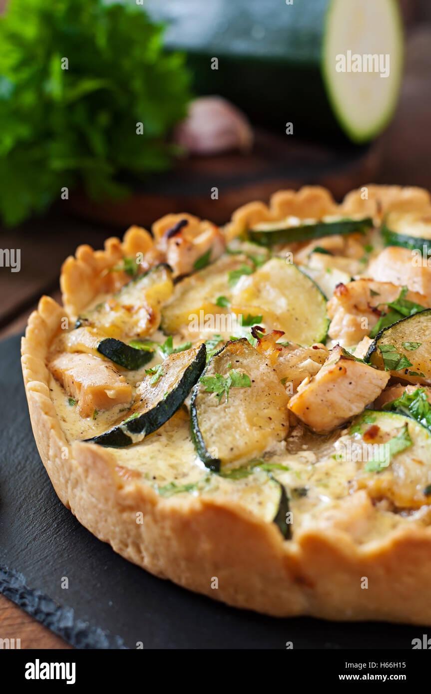 Quiche con pollo e zucchine con erbe aromatiche Immagini Stock